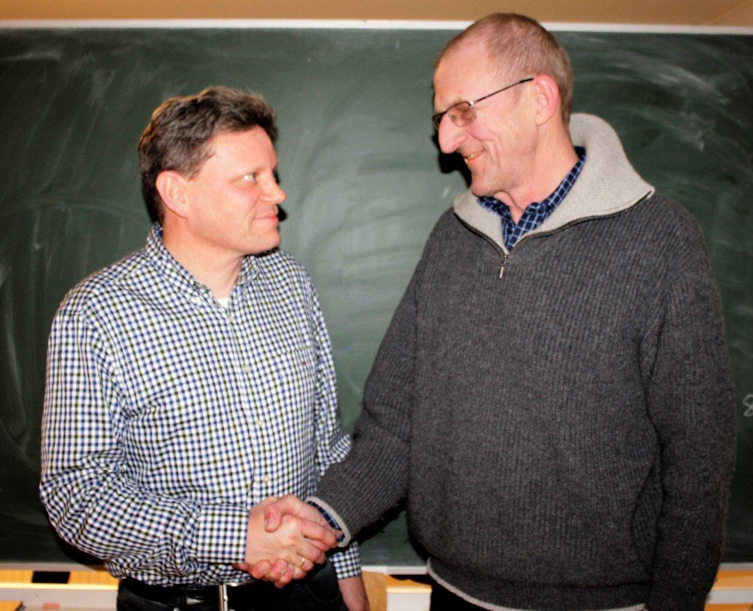Knut Kjær Berntsen ønsker Jon Erik Nygaard lykke til som ny styreleder i Hønefoss BK